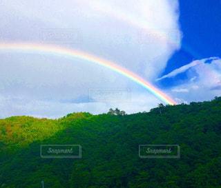 山の前に虹の写真・画像素材[1361231]