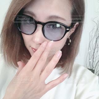眼鏡をかけている女性のクローズアップの写真・画像素材[3197046]