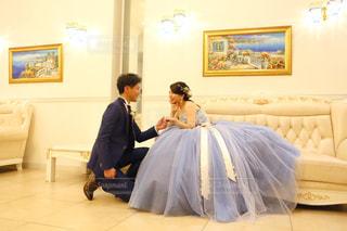 膝まづいてプロポーズの写真・画像素材[916907]