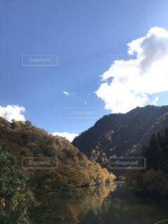 背景の山と湖の写真・画像素材[1593208]