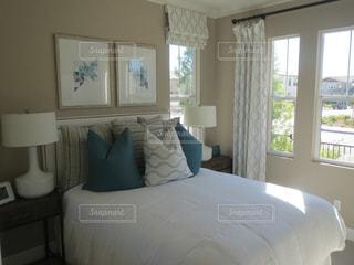ホテルの部屋に大きなベッド付きのベッドルームの写真・画像素材[1593942]