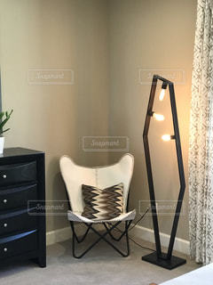 椅子に座って花瓶の写真・画像素材[1593967]