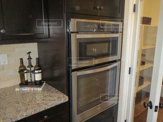 中にステンレス製の電化製品を備えたキッチン ストーブ トップ オーブン リビングの写真・画像素材[1594621]