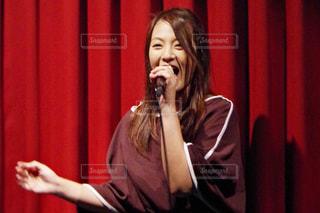 歌っている女性の写真・画像素材[799001]