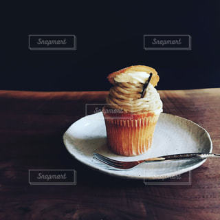 コーヒー カップの横にある皿の上のケーキの一部 - No.739824