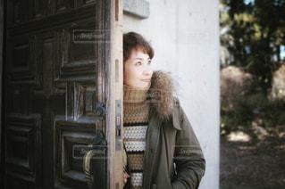 ドアの前に立っている人の写真・画像素材[932491]