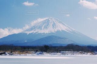 背景に富士山と水体 - No.997952