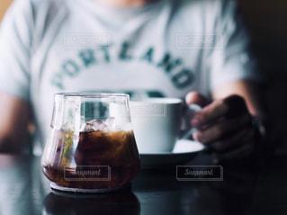 近くにビールのグラスを持っている人のの写真・画像素材[1196110]