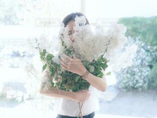 植物を持っている人の写真・画像素材[1196115]