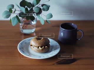 木製のテーブルの上に座ってコーヒー カップの写真・画像素材[1284796]