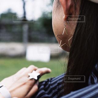 携帯電話で話す人の写真・画像素材[1447519]