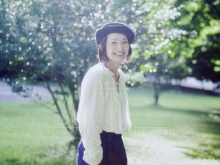 草の中に立っている少女の写真・画像素材[1469149]