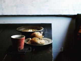 テーブルの上のコーヒー カップの写真・画像素材[1747447]