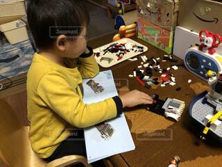 7歳児〜、のレゴに挑戦する4歳児の写真・画像素材[4140617]