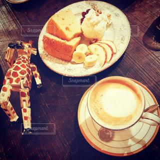 食品やコーヒー テーブルの上のカップのプレートの写真・画像素材[1715053]