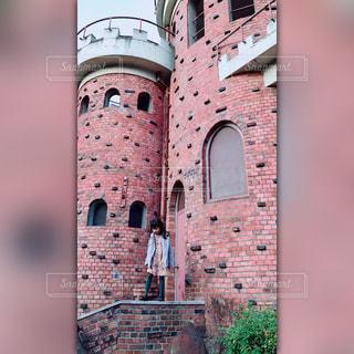 れんが造りの建物の前の写真・画像素材[973570]