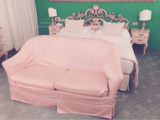 寝室ベッドと部屋の椅子の写真・画像素材[776418]