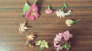 木製のテーブルの上に花の花瓶 - No.779025