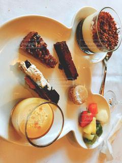 テーブルの上に食べ物のプレートの写真・画像素材[779300]
