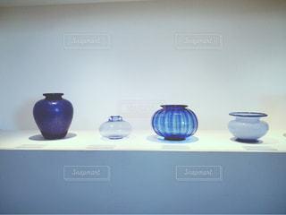 カウンターに座っている青と白の花瓶 - No.779398