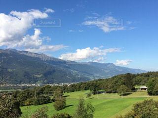 近くに緑豊かな緑の丘陵のアップ - No.794060