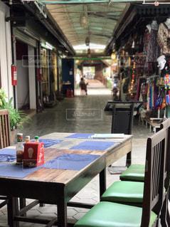 建物の前にダイニング テーブルの写真・画像素材[844597]