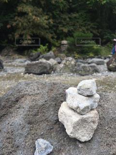 河原に積み上げられた石の写真・画像素材[2490343]