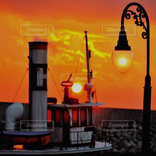 背景にオレンジ色の夕日の写真・画像素材[1088117]