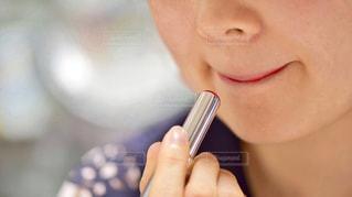 近くに彼女の歯を磨く女性のアップの写真・画像素材[1135398]