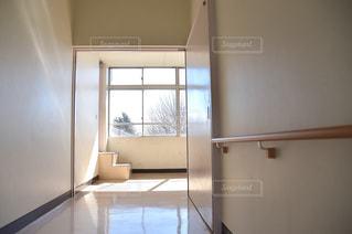 バスルームには、ウィンドウの横に座ってシャワーの中を歩くの写真・画像素材[1135612]