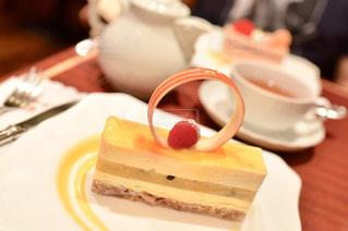 皿の上のケーキの一部の写真・画像素材[1135646]