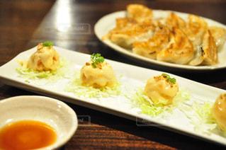 テーブルの上に食べ物のプレートの写真・画像素材[1135651]