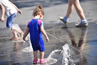 通りを歩きながら小さな女の子の写真・画像素材[1136206]