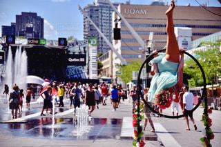 通りを歩く人々 のグループの写真・画像素材[1136207]