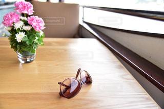木製のテーブルの上に花の花瓶の写真・画像素材[1143535]