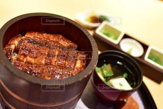 板の上に食べ物のボウルの写真・画像素材[1143536]