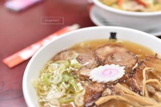 板の上に食べ物のボウルの写真・画像素材[1143540]