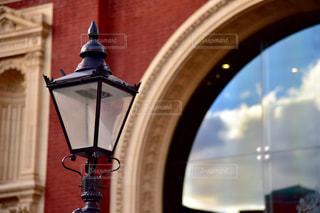 カメラにポーズを鏡の前で時計塔の写真・画像素材[1143553]