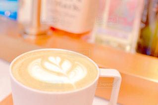 テーブルの上のコーヒー カップの写真・画像素材[1283703]