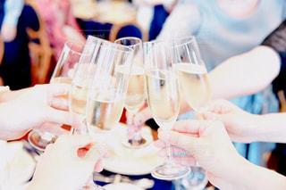 ワイングラスとテーブルに座っている人のグループの写真・画像素材[1296605]