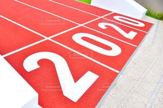 地面に座っている赤い停止記号の写真・画像素材[1398748]