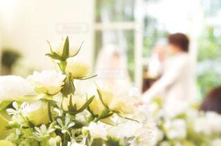 テーブルの上の花の花瓶の写真・画像素材[1447383]