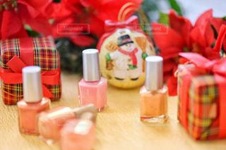 テーブルの上のピンクの花のグループの写真・画像素材[1619252]