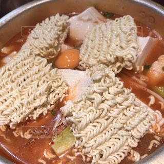 板の上に食べ物のボウルの写真・画像素材[1057590]