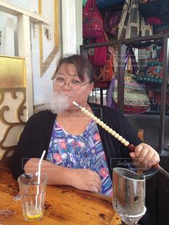 アラブストリートで水タバコを吸う女の写真・画像素材[628000]