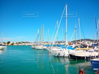 水の隣の港の小さなボートの写真・画像素材[742260]