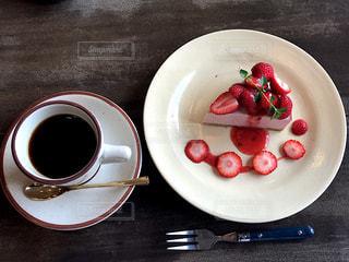 ストロベリーレアチーズケーキの写真・画像素材[2363055]