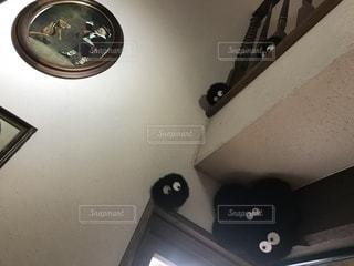 鏡の前で座っている時計 - No.1075517