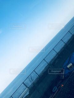空気を通って飛んで男の写真・画像素材[1075521]