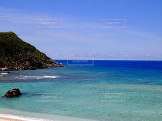 水の体の真ん中に島の写真・画像素材[708384]